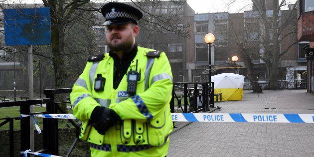 Un policier devant le banc, couvert par une tente, où l'ex-espion russe Sergei Skripal et sa fille ont...