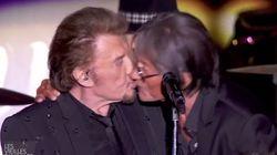 Dutronc embrasse Johnny sur la bouche en plein concert des Vieilles