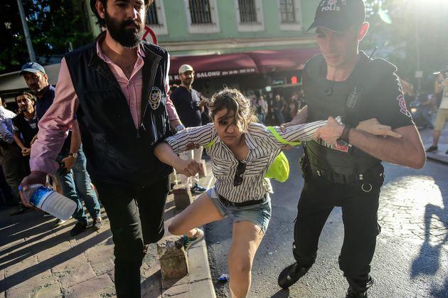 Des policiers anti-émeutes turcs bloquent l'accès à l'avenue Istikjlal aux marcheurs de la Gay Pride,...
