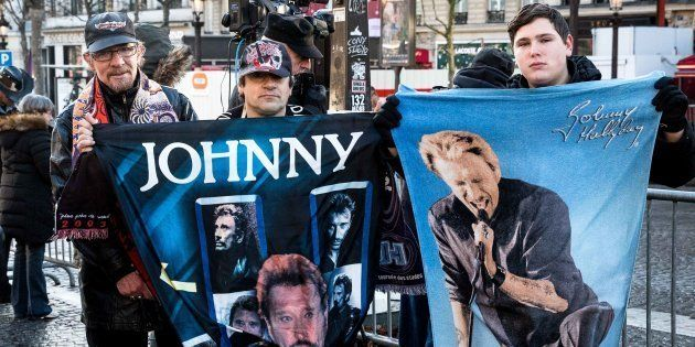 Des fans de Johnny Hallyday sur les Champs-Elysées à Paris lors de l'hommage populaire au chanteur le...