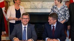 May signe un accord de gouvernement avec le DUP, le sulfureux parti