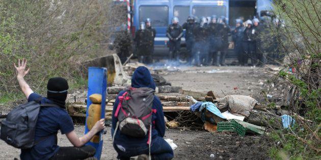 Des soutiens de la Zad face à des gendarmes, le 12 avril à Notre-Dame-des