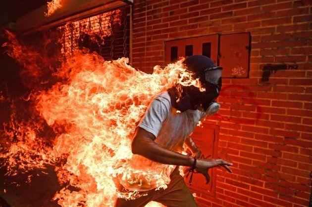 Ce cliché de Ronaldo Schemidt pris pendant les affrontements au Venezuela a reçu le premier prix au World...