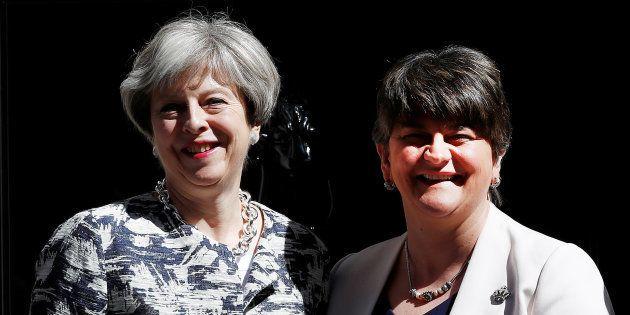 La Première ministre britannique Theresa May et la leader du DUP Arlene Foster, devant le 10 Downing...