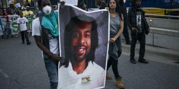 Des manifestants tiennent le portrait de Philando Castile, le 16 juin à St Paul dans le Minnesota, après...