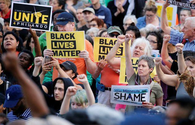 Des manifestants venus soutenir la famille de Philando Castile devant le Capitol le 16 juin, après la...