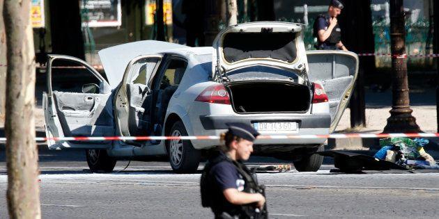 La voiture de l'assaillant après son attentat raté sur les Champs-Elysées le 19 juin