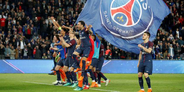 Les joueurs du PSG fêtent leur titre de champion de France sur la pelouse du Parc des Princes le 15 avril