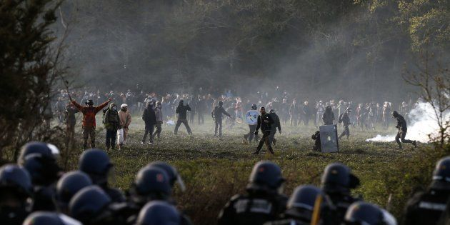 Des zadistes face à la police à Notre-Dame-des-Landes le 15 avril