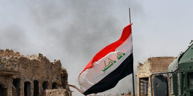 (Photo d'illustration: le drapeau irakien flotte sur la ville de Mossoul, le 3 juillet