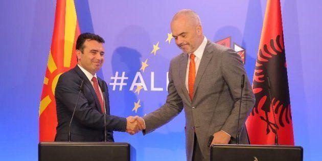 Le premier ministre albanais Edi Rama (à droite) et son homologue macédonien Zoran Zaev lors d'une conférence...