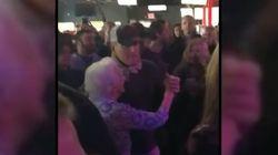 Cette star du rock a emmené sa maman danser dans un bar, presque