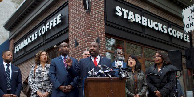 Face aux accusations de racisme, Starbucks va fermer tous ses cafés américains une après-midi pour sensibiliser...