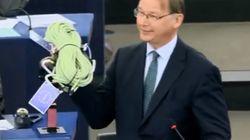 L'eurodéputé belge qui a chahuté Macron révèle qui lui a soufflé l'idée de la