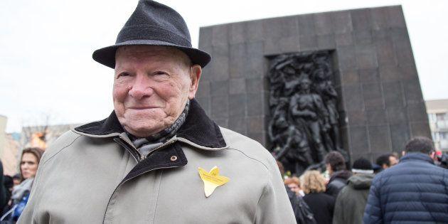 Un survivant du soulèvement du ghetto de Varsovie devant le monument à la mémoire des héros du ghetto,...