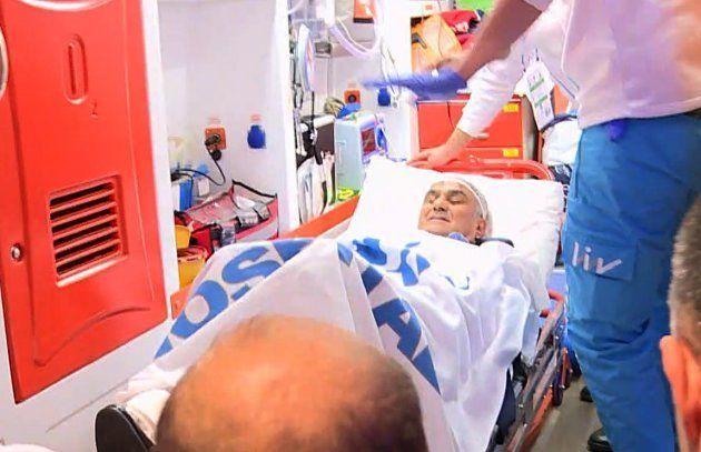 À Istanbul, l'entraîneur du Besiktas évacué d'urgence après un match qui dégénère, son crâne recousu...