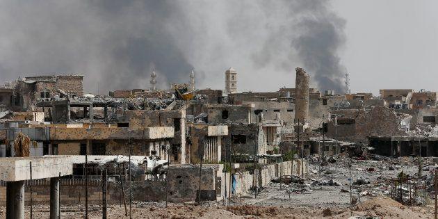 Des fumées au-dessus de la vieille-ville de Mossoul en Irak le 3 juillet