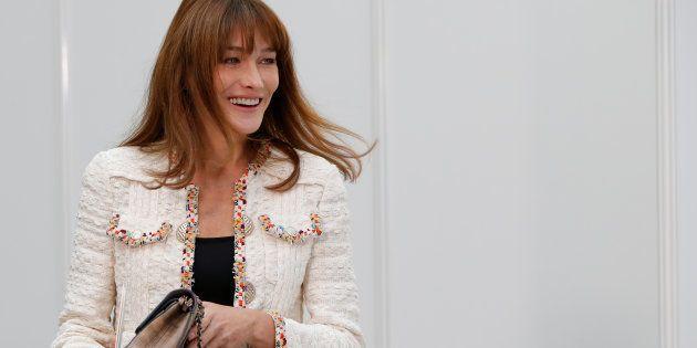 La chanteuse et ancienne Première dame Carla Bruni-Sarkozy pose pour la présentation de la collection...