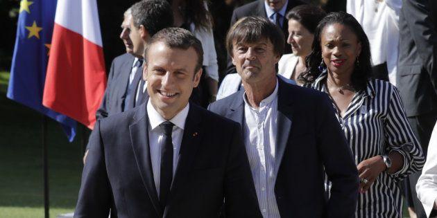 Le président de la République Emmanuel Macron, accompagné du ministre de la Transition écologique et...