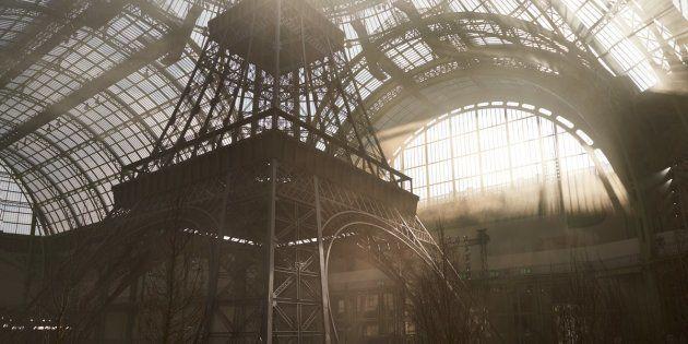 La tour Eiffel a été reconstruite dans le Grand Palais, un décor