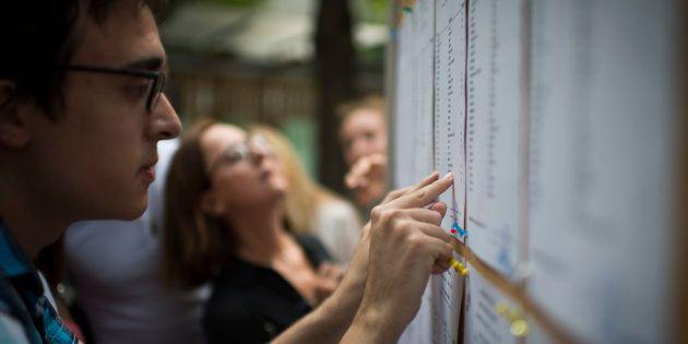 Des lycéens lors des résultats du bac à Paris, en 2015.
