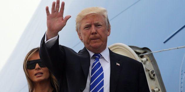 Le président américain Donald Trump et la Première dame Melania Trump montent dans le Air Force One pour...