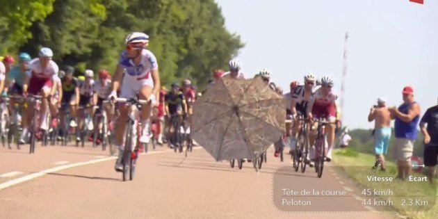 Le parasol a circulé sur la route au grand dam des coureurs qui ont dû faire des écarts pour
