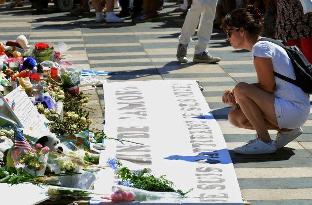 Une femme rend hommage aux victimes de l'attentat à Nice, le 7