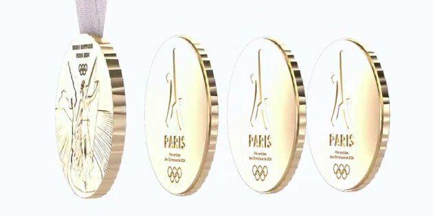 La médaille se scinde en 4 éléments aimantés, le trophée et trois souvenirs qui