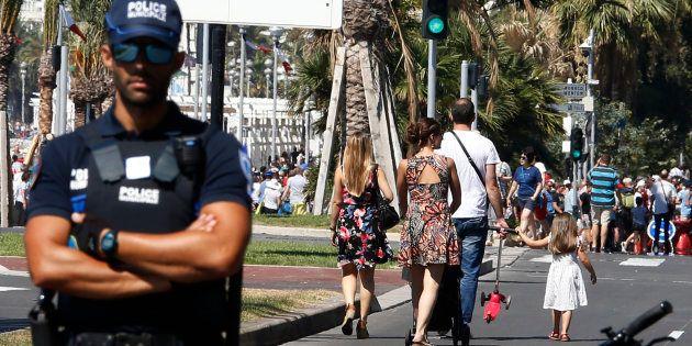 Un policier municipal sur la Promenade des Anglais de Nice, le 17 juillet