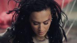 Katy Perry fait du parachute pour les