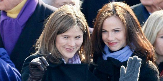 Jenna et Barbara Bush saluent Sasha et Malia Obama lors de la cérémonie d'inauguration de janvier