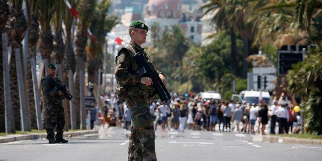 Des soldats de la Légion étrangère patrouilles sur la Promenade des Anglais le 18 juillet 2016, quatre...