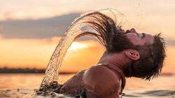 Ces photos d'hommes barbus imitant les sirènes sortant de l'eau sont