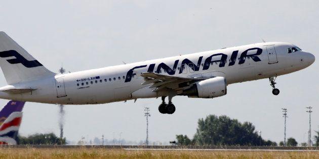 Un Airbus A320 de la compagnie finlandaise Finnair décollant de l'aéroport Charles de