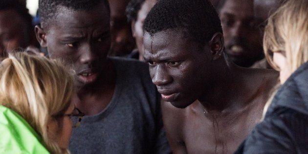 Sauvetage de migrants ayant traversé à bord de petites embarcations de bois et de caoutchouc, le matin...