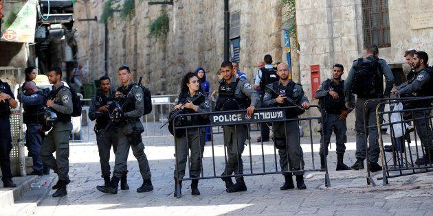 Des policiers près de la Vieille ville de Jérusalem, le 14