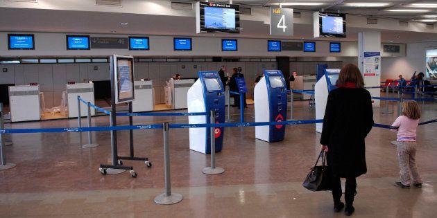 Des passagers s'apprêtant à prendre leur avion, le 23 décembre 2007 à l'aéroport