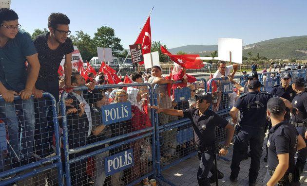 En Turquie, plus de 7000 policiers, soldats et membres de ministères limogés la veille de l'anniversaire...