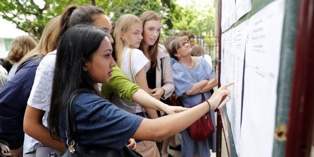 Des lycéennes devant les résultats du bac le 5 juillet 2017 à