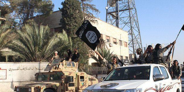 Des jihadistes brandissent le drapeau de l'État islamique avant la chute du califat auto-proclamé...