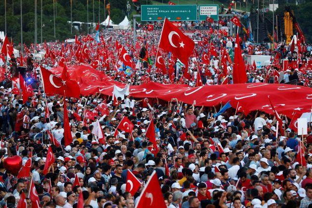 La Turquie commémore le putsch raté contre Erdogan qui promet d'
