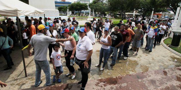 Des Vénézuéliens votant à Maracaibo le 16 juillet