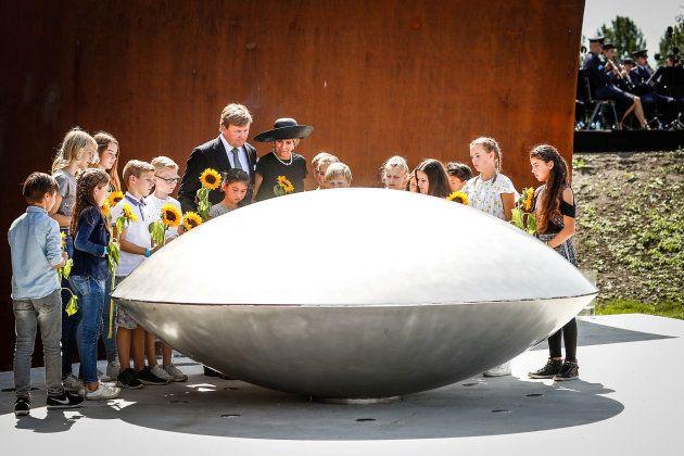 Le roi Willem-Alexander et sa femme la reine Maxima des Pays-Bas participent à l'hommage national devant...