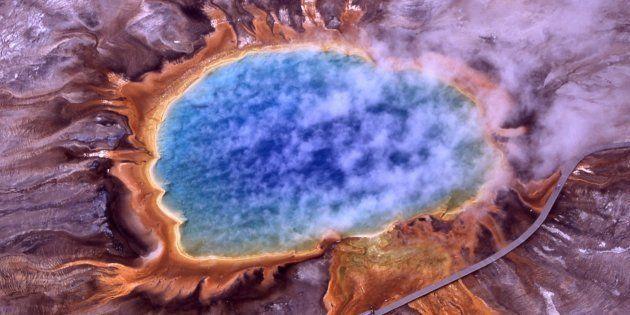 Le Grand Prismatic Spring, la plus grande source d'eau chaude des Etats-Unis. Le cercle orange est composé...
