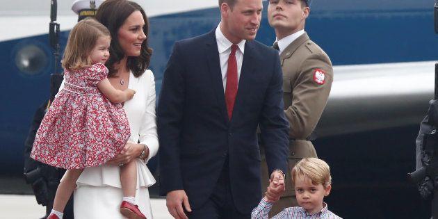 Le Duc de Cambridge et sa femme, Kate Middleton, ont dû tenir leurs enfants qui n'étaient pas ravis de...