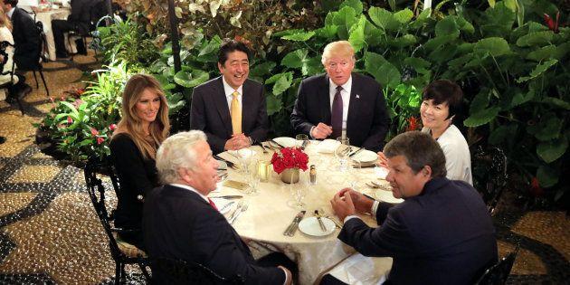 Le Premier ministre japonais Shinzo Abe et sa femme Akie dînent avec le président Donald Trump et sa...