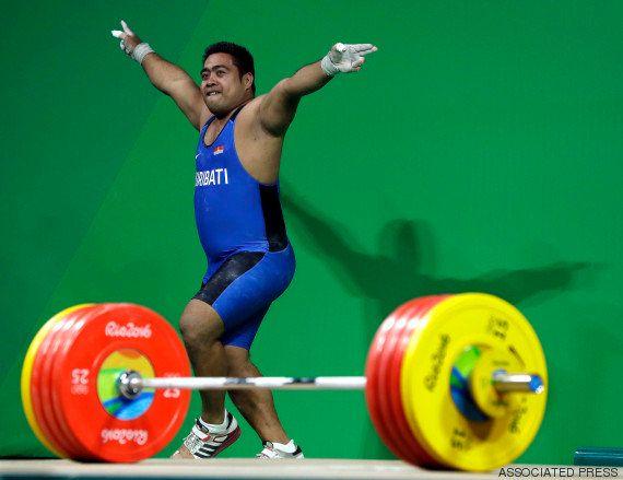 Cet haltérophile des Îles Kiribati enflamme les Jeux Olympiques avec sa danse de la
