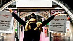 Des cintres et des affiches en faveur du droit à l'avortement accrochés dans les rues de