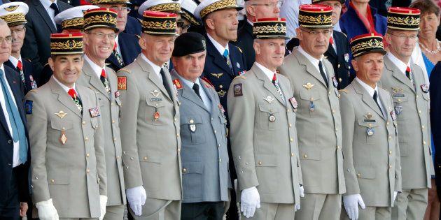 Le rangs des officiers à la tribune du défilé du 14 juillet sur les